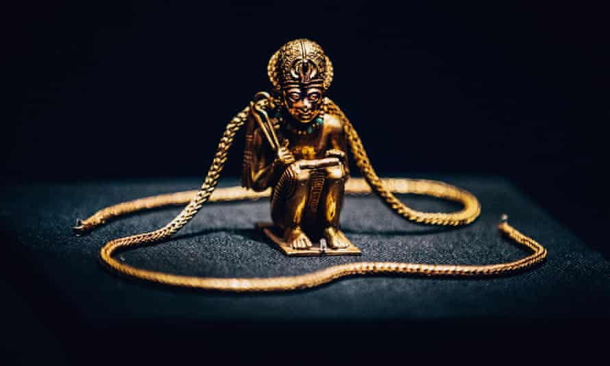A must-have in the afterlife … squatting figure and chain of a king.
