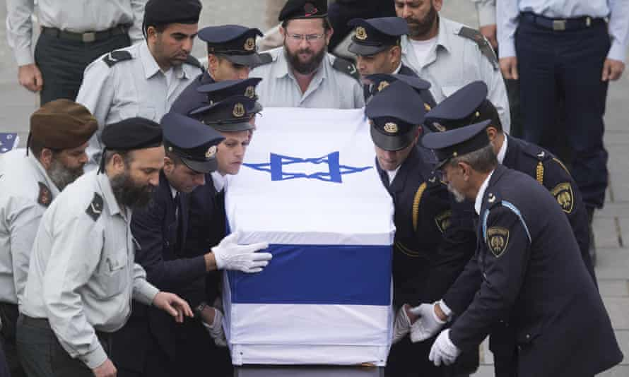 Israeli military deliver the coffin of the body of former prime minister Ariel Sharon to lie in state at Knesset Plaza on 12 January, 2014 in Jerusalem.