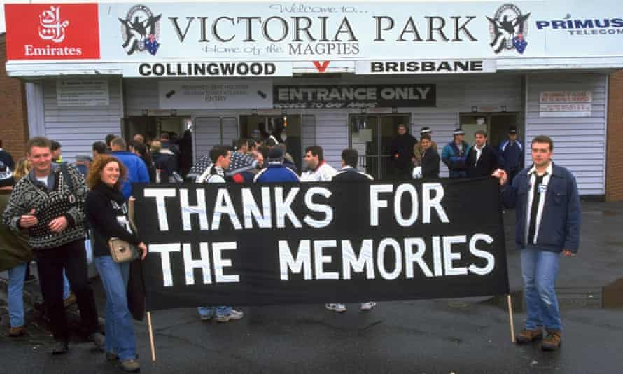 28 Aug 1999: Collingwood supporters say goodbye to Victoria Park following the AFL Round 22 game against Brisbane.