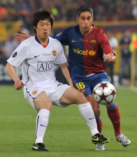 Sylvinho challenges Manchester United's Park Ji-sung during Barcelona's 2009 Champions League final win.