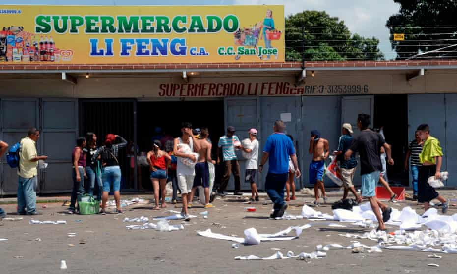 A supermarket is looted in Maracay, Aragua state