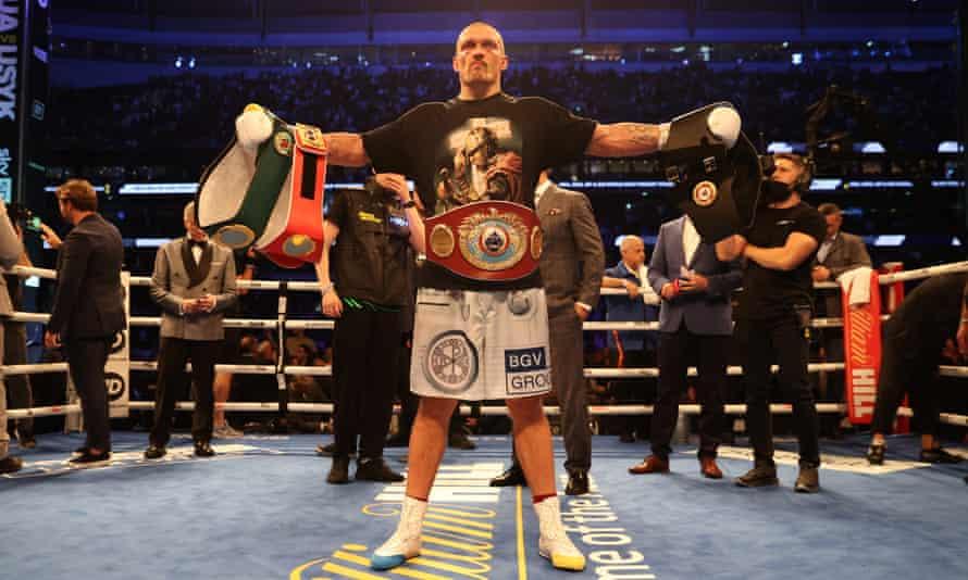 Yeni IBF, WBA, WBO ve IBO ağır sıklet dünya şampiyonu Oleksandr Usyk, Anthony Joshua'yı yendikten sonra kemerleriyle kutluyor