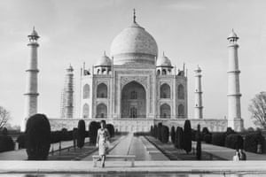 Jacqueline Kennedy in front of the Taj Mahal in 1962