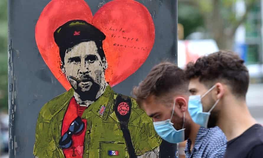 """Artwork in Barcelona by TVBoy depicting Lionel Messi, titled """"Hasta Siempre Comandante"""" (Until Forever, Commander)."""