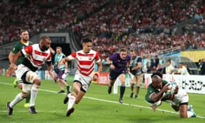 Makazole Mapimpi dives for the line to score the opening try for South Africa.