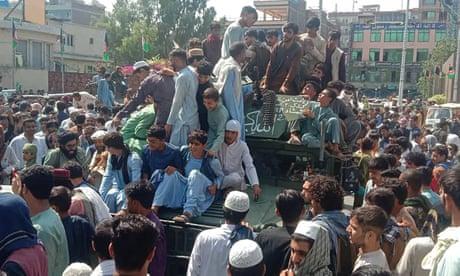 Μαχητές των Ταλιμπάν και ντόπιοι σε δρόμο στην επαρχία Τζαλαλαμπάντ