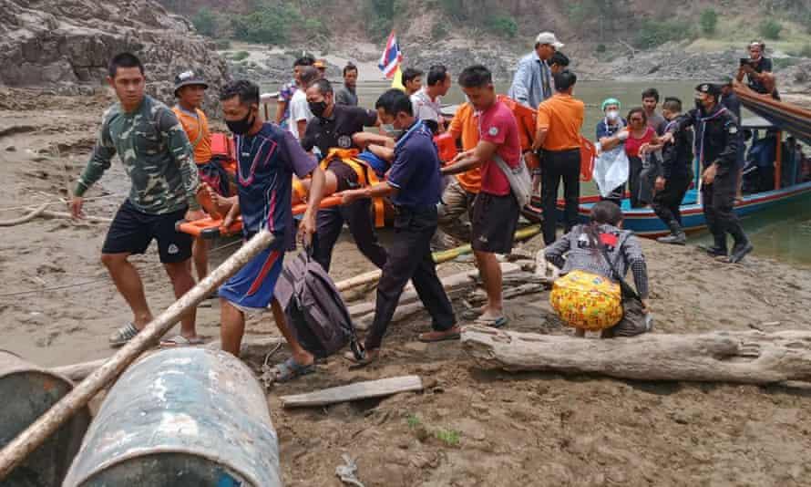 Karen villagers fleeing to Thailand