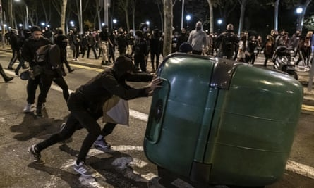 Youths form a barricade on Passeig de Picasso in Barcelona to demand a better response to the economic crisis produced by the Covid-19 pandemic.