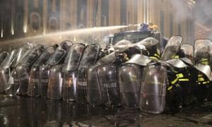 Die Bereitschaftspolizei setzt auf Demonstranten in Tiflis (Georgien) Wasserwerfer ein.