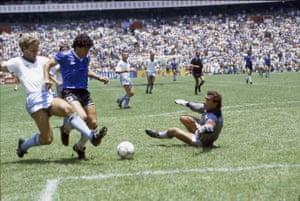 Diego Maradona vence a Peter Shilton para marcar su brillante segundo gol contra Inglaterra en la Copa del Mundo de 1986.