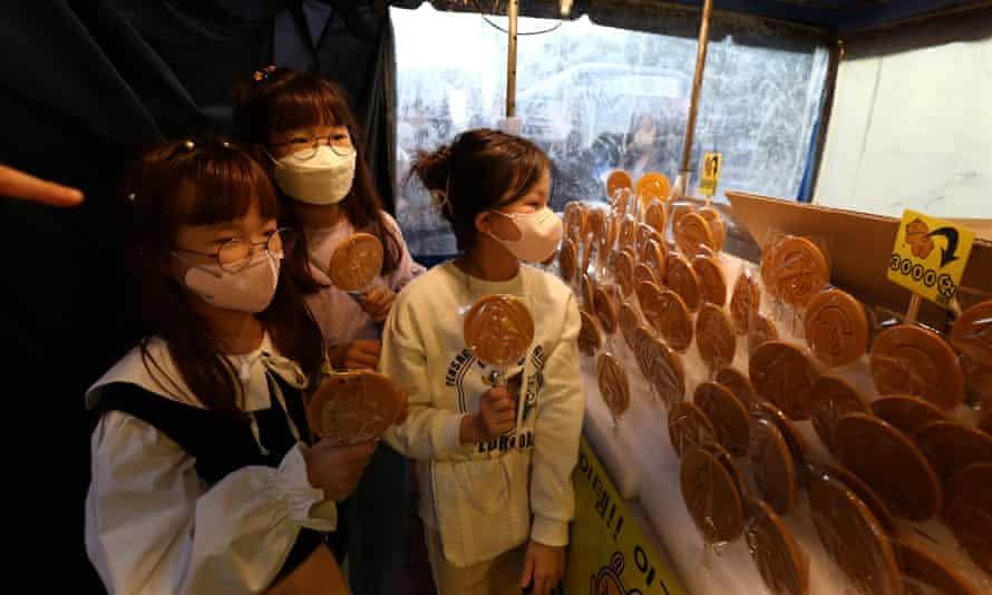 Girls buy dalgonas in Seoul