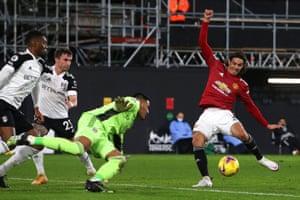 Manchester United's Edinson Cavani puts the visitors back on level terms.