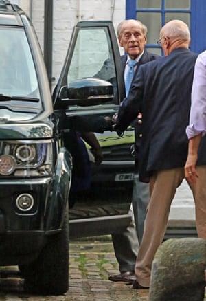 Duke of Edinburgh gets into a black car