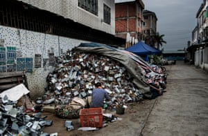 Man dismantles hard drives in Guiyu