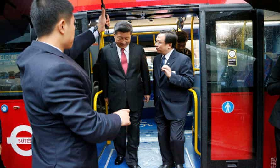 China's President Xi Jinping gets off a London bus at Lancaster House in London