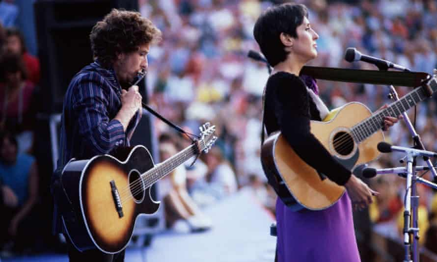 Bob Dylan and Joan Baez at an anti-nulear weapons rally in 1982.