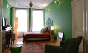 The green room, a bedroom with green walls at Colours in De Pijp B&B in Amsterdam.