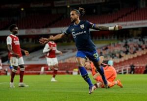 Theo Walcott celebrates 0-1.