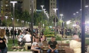 A buzzing New Boulevard at night.
