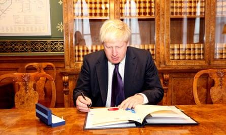Boris Johnson signs the Paris agreement
