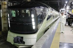 Train Suite Shiki-shima departs