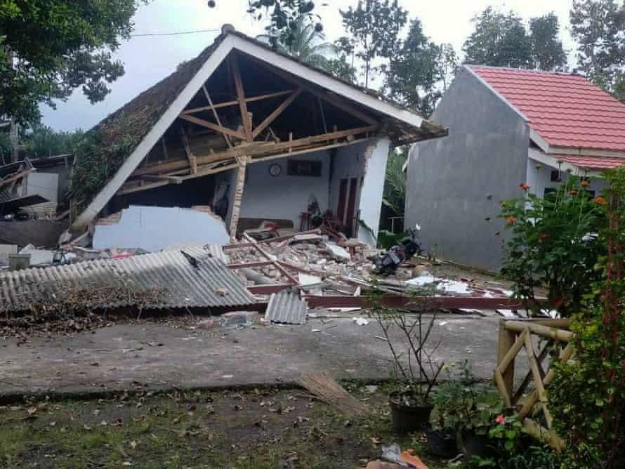 در پی زلزله خانه ای فروریخته است