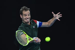 Richard Gasquet returns to Dimitrov who is beginning to take control of the match.