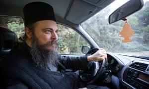 Ο πατέρας Θεόφιλος οδηγεί το αυτοκίνητό του στην πρωτεύουσα Καρυές.