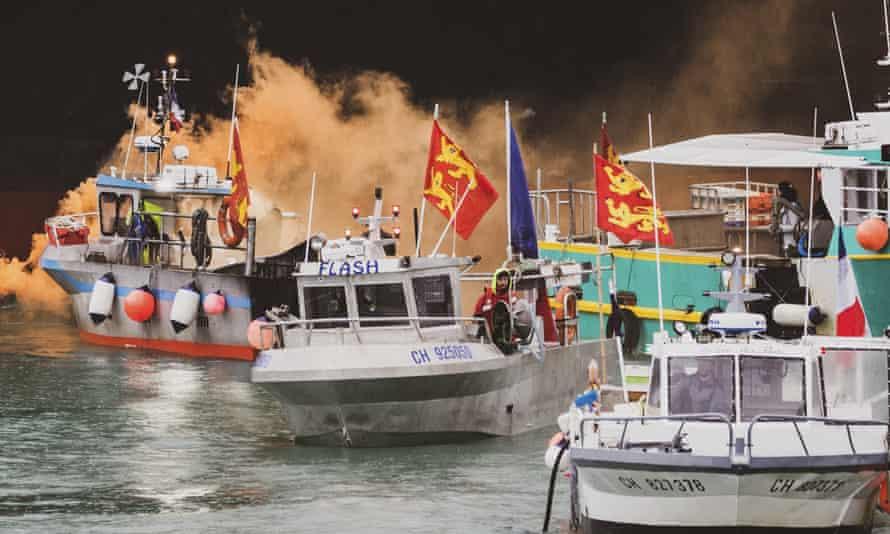 ماهیگیران فرانسوی که از دست دادن دسترسی به آبهای ساحلی خود عصبانی شده بودند ، در اعتراض به بیرون از جرسی تجمع کردند.