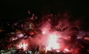 巴西圣保罗的支持者为他们在Morumbi体育场外的球队欢呼