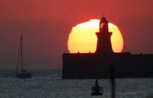 Tyne & Wear, UK. The sun rises over South Shields pier and lighthouse on the north-east coast