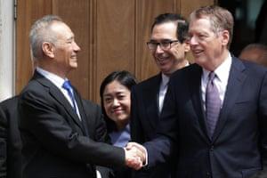 Lächelt, aber trotzdem meilenweit voneinander entfernt. Der chinesische Vizepremier Liu He (links) verließ am vergangenen Freitag die Gespräche mit dem US-Finanzminister Steven Mnuchin (Mitte) und dem US-Handelsvertreter Robert Lighthizer
