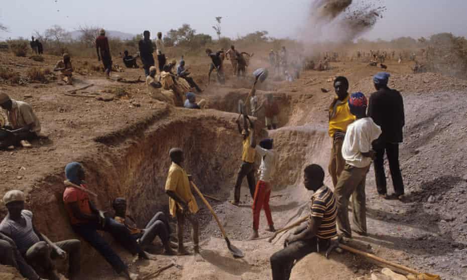 Men mine for gold in Yatenga province