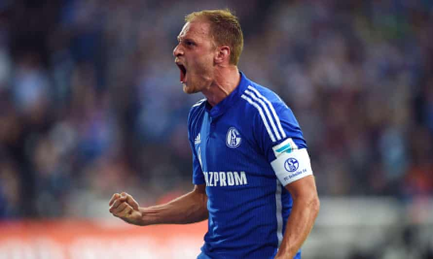 The Schalke captain, Benedikt Höwedes, has decided to stay with the club, according to the sports director.