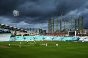 Ở đó, Voi chơi ở The Oval mặc dù những đám mây đen trông có vẻ đe dọa.