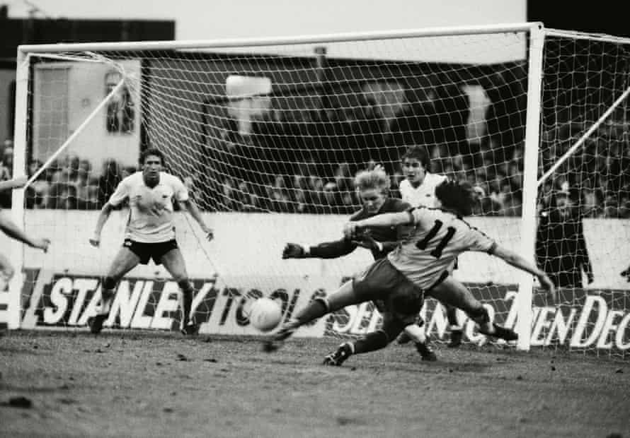 watford'dan jan lohman, 1982'de vicarage road'da galibiyet golü atmak için gary bailey'in yanından şut atıyor.