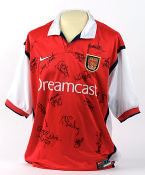 For the 1999-2000 football season, Sega began sponsorship of Arsenal, Saint-Étienne and Sampdoria in order to promote its Dreamcast console to the European market. Here is the Arsenal Ladies' shirt from 2001.