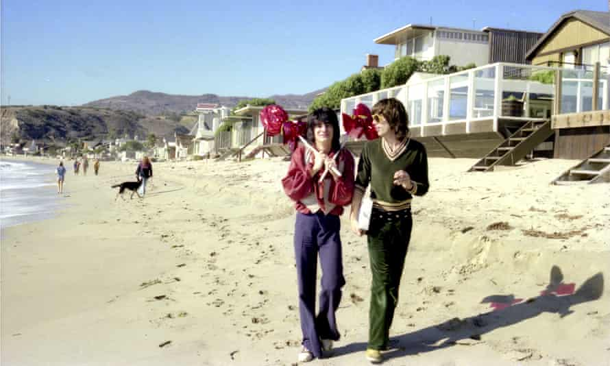 Ronnie Wood and Mick Jagger stroll along the beach