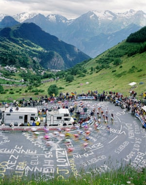 Cyclists climbing Alpe d'Huez in 2001