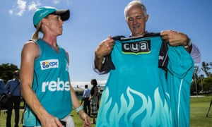 Malcolm Turnbull is presented with a jersey by Brisbane Heat cricket team captain Kirby Short
