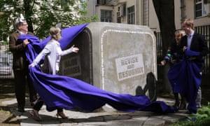 The Monument to an Anonymous Reviewer is unveiled at the Institute of Education at Moscow's HSE University.