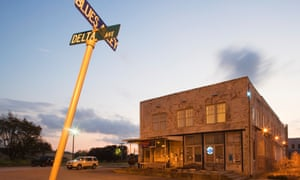 A blues club in Clarksdale, Mississippi, near the crossroads of highways 61 and 49, where, according to legend, the musician Robert Johnson sold his soul to the devil.