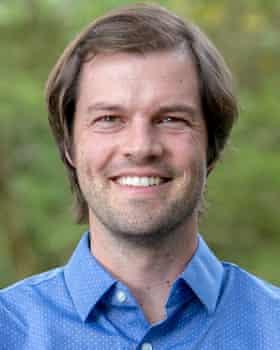 کریس تریسوس در دانشگاه کیپ تاون ، آفریقای جنوبی ، در حال بررسی نحوه تأثیر تغییرات آب و هوا بر گونه های مختلف است.
