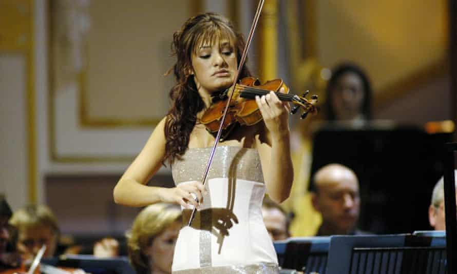 نیکولا بندیتی 16 ساله در مسابقه موسیقی سال جوان بی بی سی 2004 که در آن برنده شد ، بازی می کرد.