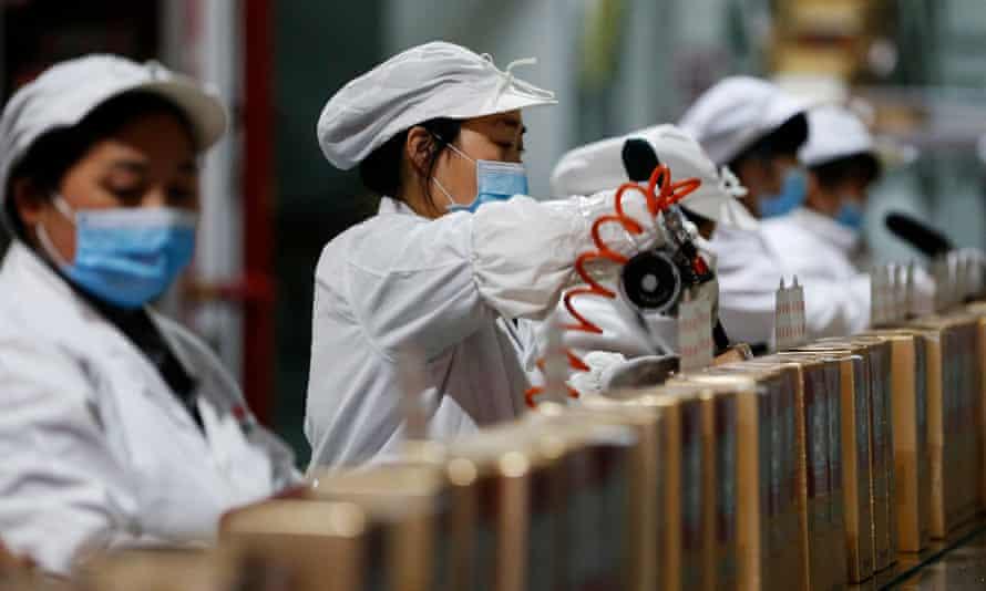 Pekerja di jalur perakitan di bengkel pengemasan perusahaan minuman keras, kabupaten Sihong, provinsi Jiangsu, Tiongkok