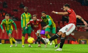 Bruno Fernandes of Manchester United scores a penalty 1-0
