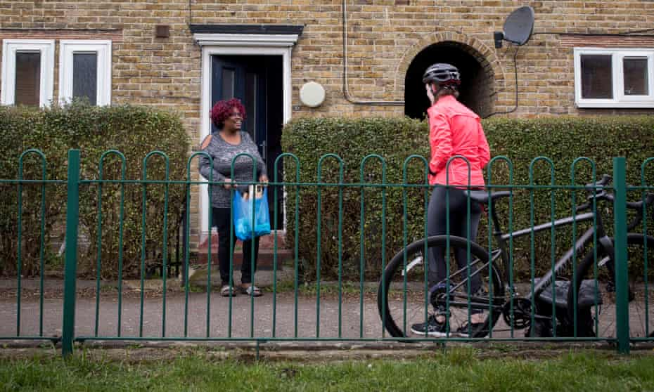 Kim drops off an ingredient delivery to Sharon, a kinship carer in south London, so she can make pizza over Zoom later that evening.