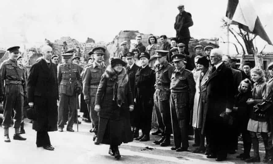 Queen Wilhelmina crosses from Belgium into liberated Dutch territory in 1945