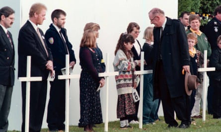 Tim Fischer speaks with friends, relatives and community representatives during a the Port Arthur memorial, 19 May 1996