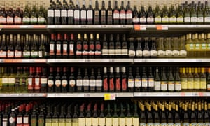Bottles of cheap red wine on shelves in a budget supermarket in the UK<br>B4KY5Y Bottles of cheap red wine on shelves in a budget supermarket in the UK